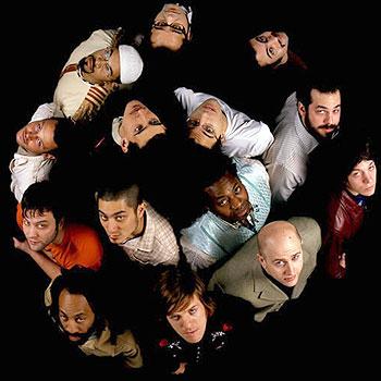 Las bandas Afrobeat se caracterizan tambien por estar conformado por muchos miembros que se dedican a distintos instrumentos dentro de ellas